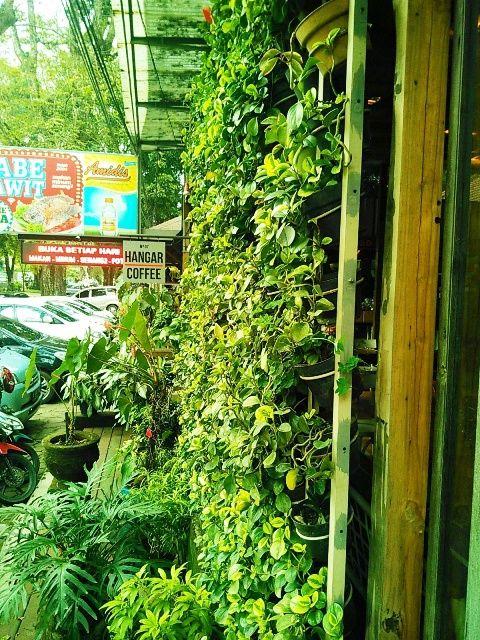Bulan Mei 2016, saya bersama keluarga dari istri makan siang di Hangar 7, Bandung. Melihat suasana di tempat ini membuat tak sabar mengabadi...