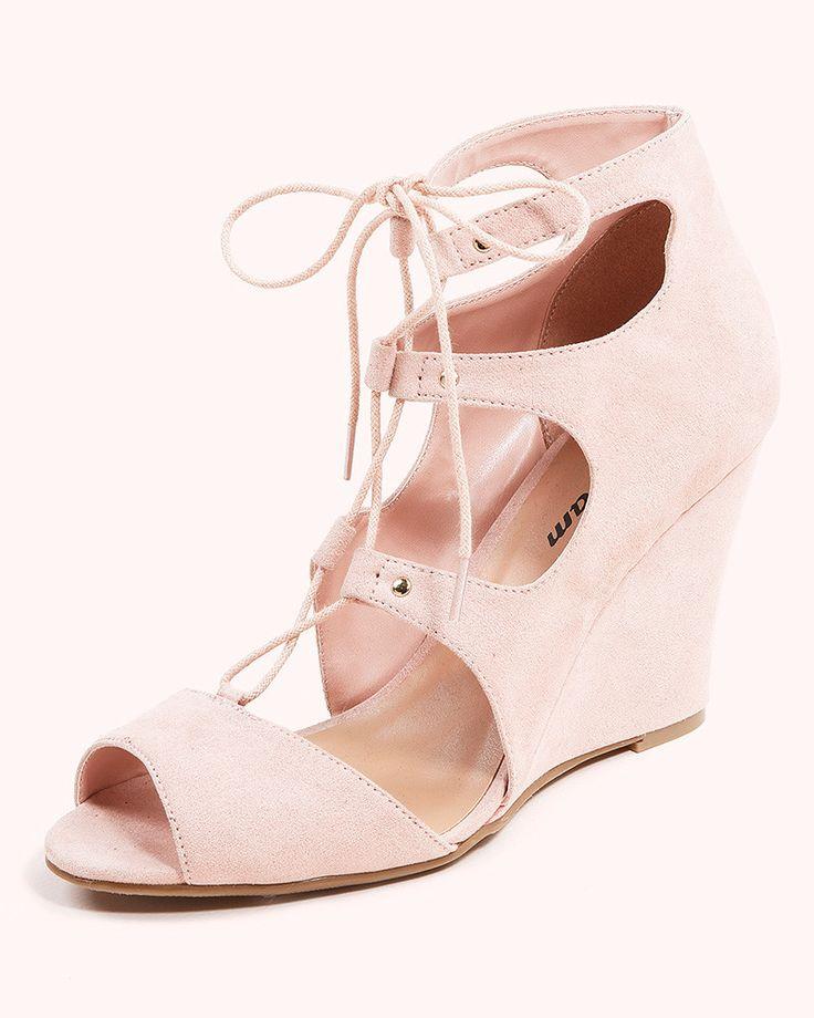 Que no se te escapen tus pies con las 'lace up heels' o sandalias de cordones | Etam Las lace up heels en versión cómoda son las de cuña, ideales para lucir a diario con nuestros estilismos estivales. Un modelo rosa empolvado muy romántico. Su precio es de 39,95 euros.