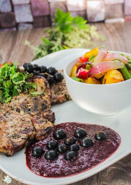 gegrilltes Lamm mit fruchtiger Grillsoße und buntem Salat