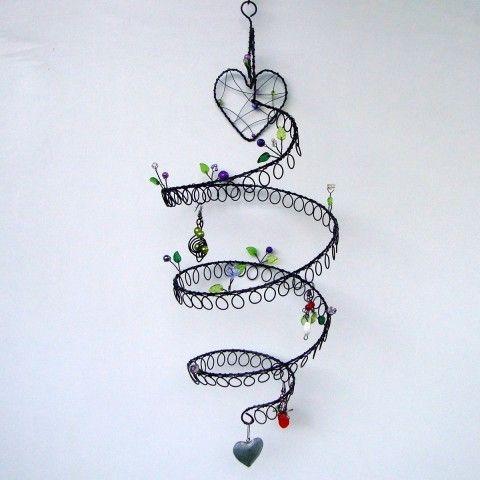 Závěsná šperkovnice se srdíčky šperky srdce zelená náušnice fialová srdíčko černá spirála drátování šperkovnice čirá spirálka na zeď starobylá na pověšení drátenictví drátovaná šperkovnice závěsná šperkovnice