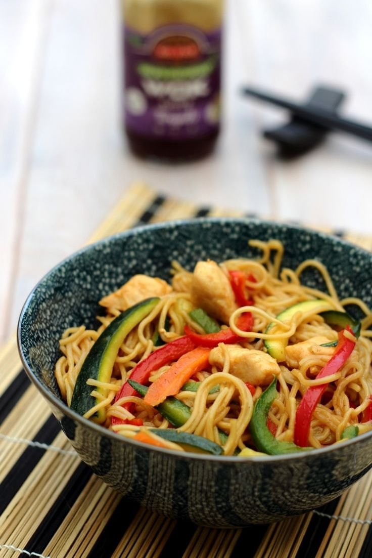 Wok aux légumes croquants, nouilles, poulet et sauce teriyaki