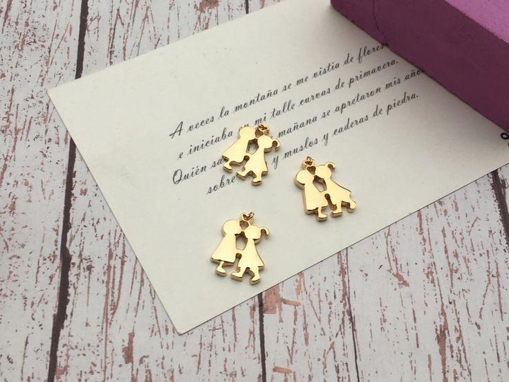 Dije de novios silueta en chapa de oro con asa corazón, medida 2.5 cm, precio por Pieza Mayoreo $37.00 Menudeo $ 40.00 .