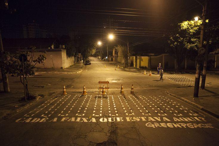 """Na madrugada da quinta-feira, 8, Dia do Pedestre, o Greenpeace realizou uma intervenção urbana para cobrar mais infraestrutura e respeito aos pedestres. Um grupo de ativistas da ONG pintou faixas pontilhadas - onde deveria existir uma faixa de pedestre – com a pergunta """"Cadê a faixa que estava aqui?"""". A ação faz parte da campanha...<br /><a class=""""more-link""""…"""