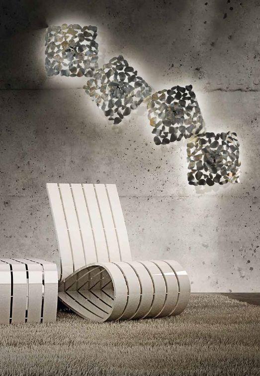 Nowoczesny design w niecodziennej formie. Delikatne metalowe blaszki tworzące całość, pomimo swojej struktury nadają lampie lekkości, dzięki czemu lampa, stanowiąc charakterystyczny element dekoracji, jednocześnie jej nie obciąża. Doskonała oprawa do każdego wnętrza, w którego wystrój chcemy wpleść chłodny, mocny akcent. Kinkiet Twister jest idealna dla każdego, kto ceni sobie oryginalność oraz doskonałe wykonanie.