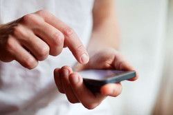 Le cellulaire passe devant le téléphone fixe