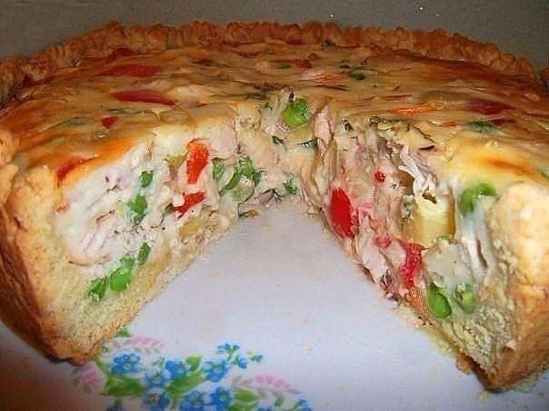 открытый пирог с курицей и овощами