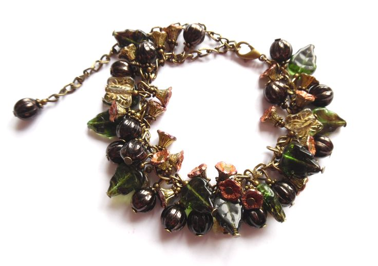 Armband i brons med pärlor, fjärilar, blommor och löv av glas.  Längd: anpassningsbar storlek 16-25cm