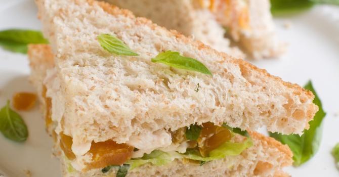 Recette de Sandwich sucré-salé au chèvre frais, abricot, miel et raisins secs. Facile et rapide à réaliser, goûteuse et diététique.