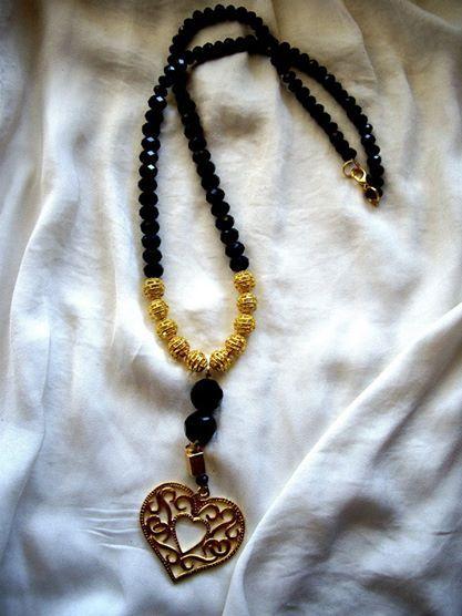 17123/1 Κρεμαστό με μαύρα κρυσταλλάκια, χαντρούλες σε χρυσό χρώμα και διακοσμητική καρδιά  Necklace with black crystal beads, metallic beads and metallic heart