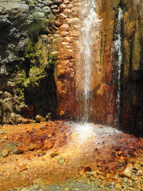 Cascada de colores en la Isla de La Palma en las Islas Canarias. Un bonito paseo por la Caldera de Taburiente