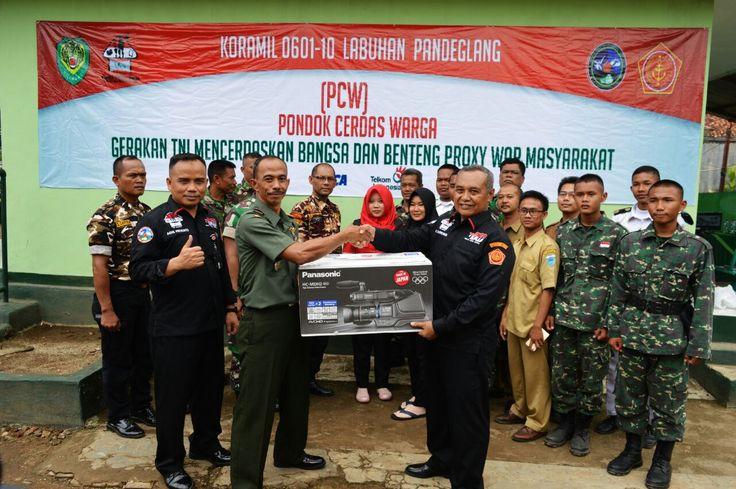 Kapten Inf. Ruiyat Danramil 0110/Labuan menerima bantuan Kamera untuk kegiatan Pondok Cerdas Warga dari Puspen TNI