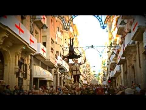 La fiesta de Moros y Cristianos nace como conmemoración de la etapa de poder musulmán en la península ibérica y de la batalla que fue alternando el poder entre musulmanes y cristianos. Más información:  http://www.associaciosantjordi.org/es/fiestas/historia.html