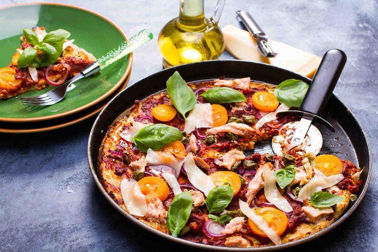 Pizza z kalafiora z tuńczykiem i pomidorami #smacznastrona #przepisytesco #pizza #kalafior #tuńczyk #pomidory #mniam