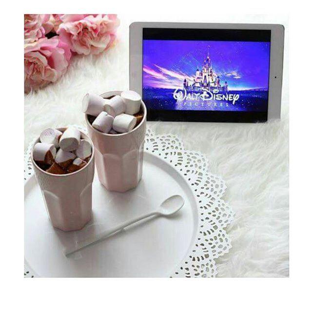 Ecco perché amo l'inverno...❄🍫 #cioccolato #cioccolatacalda #chocolate #chocolab #marshmallow #waltdisney #disney #caramelle #ciobar #film #winter #relax #tv #foodstyle #foodporn #gnamgnam #yummyfood #yummy #foodgasm  Yummery - best recipes. Follow Us! #foodporn