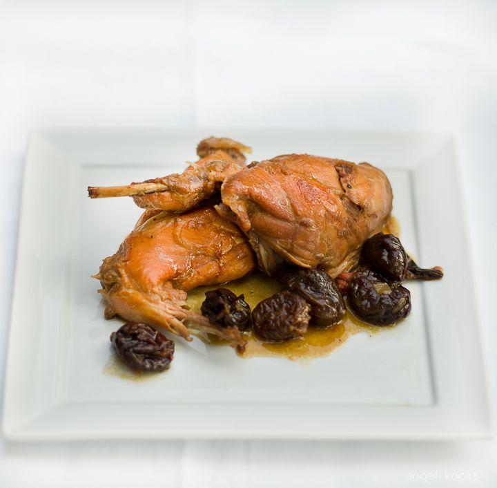 Recept konijn met pruimen in kriekenbier maak je in 2 uur en is heerlijk met stoofpeertjes op spruitjes met aardappelpuree