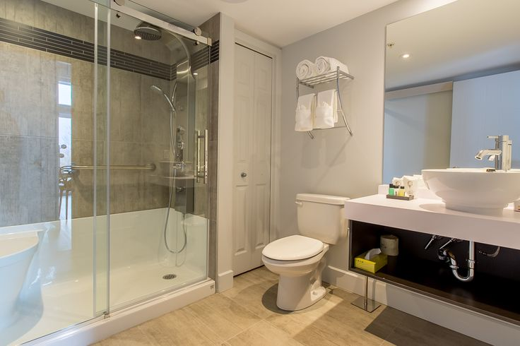 Modern bathroom, completely renovated in our Prestige rooms with a multi-jet shower.