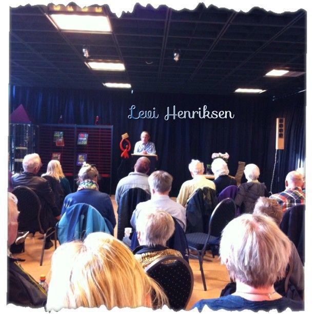"""@kirstiopstad's photo: """"#levihenriksen #verdensbokdag Mange kvinner og menn hørte på Levi Henriksen. Humoristisk og flott levert"""""""