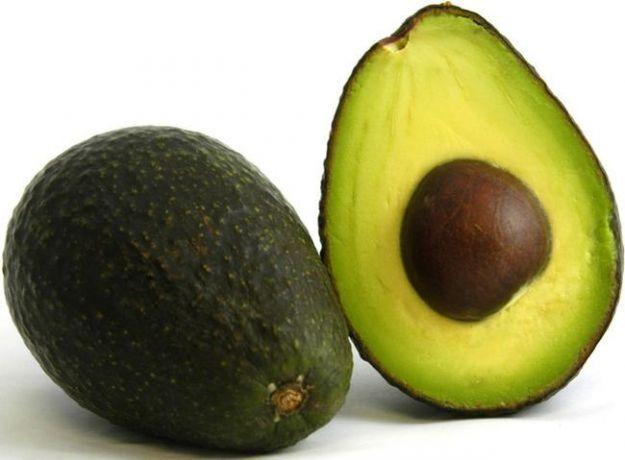 L'avocado ha ottime proprietà nutrizionali e benefiche: contrasta il colesterolo ed è ricco di antiossidanti. Attenzione, comunque, alle molte calorie.
