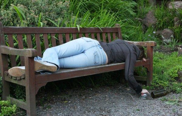 Eine betrunkene Studentin schläft ihren Rausch auf einer Bank aus.
