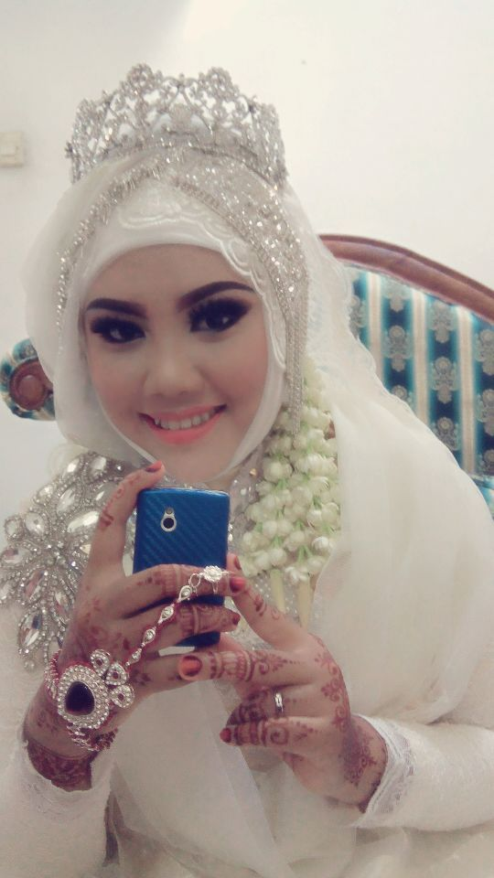 intan nurma wedding muslim indonesia. Love her smile...beautiful gown,crown,henna all izz perfect