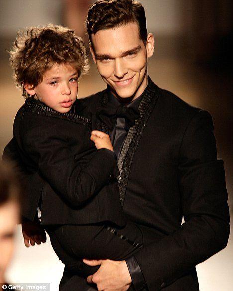 poor boy cries during smalta fashion show, and Brazilian top model Alexandre Cunha comforts him. :]