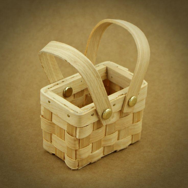 3 X CESTOS DE PICNIC COM TAMPA MINIATURA | Utilize estes cestos de picnic miniatura como embalagem para doces, amêndoas, ovos da Páscoa, flores... E surpreenda os seus convidados com uma lembrança original. Em alternativa use os cestinhos como marcador de lugar | PODE PERSONALIZAR OS CESTOS DE ACORDO COM A TEMÁTICA DO CASAMENTO. IDEAL PARA CASAMENTOS NA NATUREZA, FESTAS DE CRIANÇAS E PARA A ÉPOCA DA PÁSCOA | Medidas: 7,6 cm de comprimento x 5 cm de largura x 7 cm de altura.