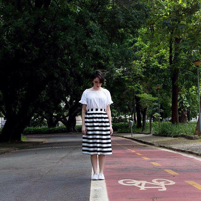 Jeitinho minimalista e urbano de usar saia midi