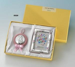 Elegancki komplet składający się z albumu,  srebrnej ramki na zdjęcia oraz medalionika z pozytywką  przedstawiającego Matkę Boską Cygańską. #chrzest #urodziny #prezent