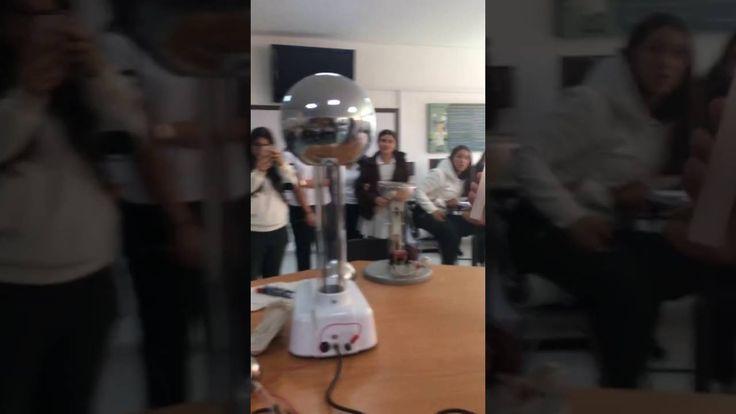 """La esfera del generador de Van der Graaff se carga positivamente al ser prendido, y al acercar una vela la flama de esta se """"doblará"""" como se evidencia en el anterior video, lo que nos indica que esta es rica en iones positivos (carga positiva) por lo que se repele de la esfera debido a que ambas tienen la misma carga. En este experimento también se ve presente la ley de coulomb por lo anteriormente ya explicado. Jimenez"""