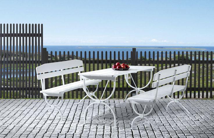 JABO Linnea svart Ett svartmålat staket i stilren utformning som skapar känslan av nygammalt. Rama in din trädgård med ett staket som aldrig går ur tiden. Staketet finns i två olika utföranden. Träskyddsbehandlad gran, grundmålad 1 gång, toppstrykt 2 ggr, RAL 7016