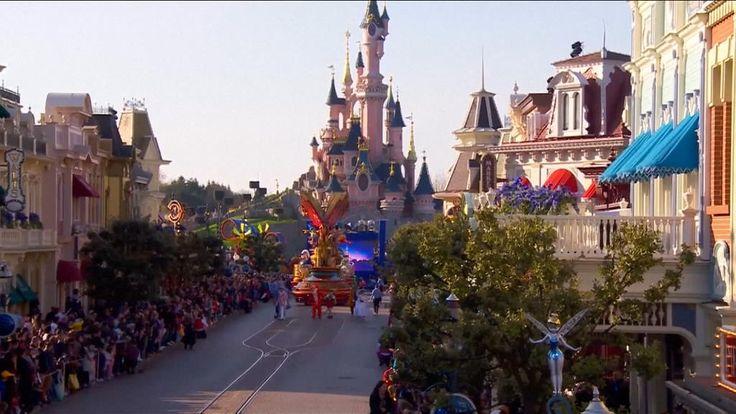 Disneyland Parijs heeft zijn 25ste verjaardag gevierd met een schitterende stoet en een spectaculaire lichtshow. De afgelopen 25 jaar hebben 320 miljoen mensen Disneyland Parijs bezocht, van wie meer dan de helft buitenlanders. Het populaire pretpark ligt in Chessy, in de buurt van Parijs. Het opende in 1992 en krijgt elk jaar duizenden bezoekers over de vloer.