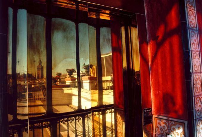 """Gueorgui Pinkhassov """"Just Light Like"""" 2003 - Balcón de un hotel en Sevilla. Andalucía. España ©Gueorgui Pinkhassov/Magnum Photos."""