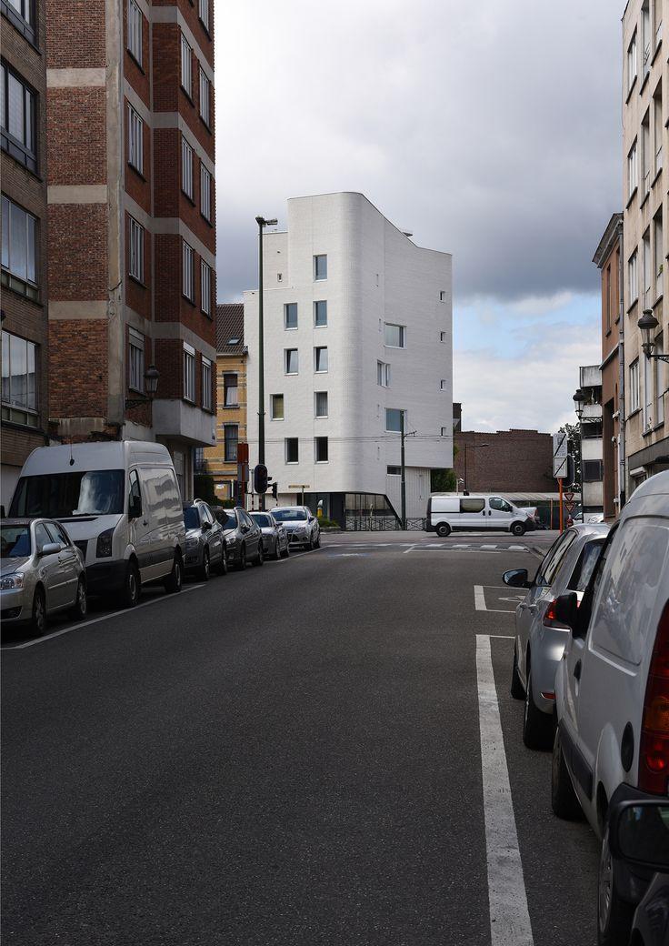 NAVEZ viviendas sociales en Bruselas. MSA / V   TECTÓNICAblog  Situada en uno de los accesos principales de la ciudad de Bruselas el edificio es una operación de vivienda abierta y al mismo tiempo el buque insignia de la nueva identidad del barrio. El edificio proporciona una base cómoda y sólida para las necesidades familiares y al mismo tiempo se abre dando la bienvenida a aquellos visitantes que entran en la ciudad. Tiene la vocación de ser una arquitectura de todos. Esta construcción…