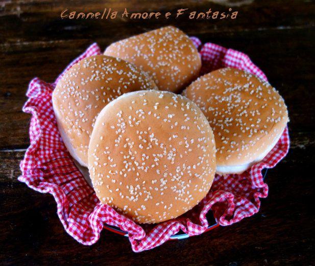 I panini per hamburger ricetta vegan sono dei morbidissimi panini senza burro latte vaccino e uova perfetti anche per intolleranze alimentari o per ricette light