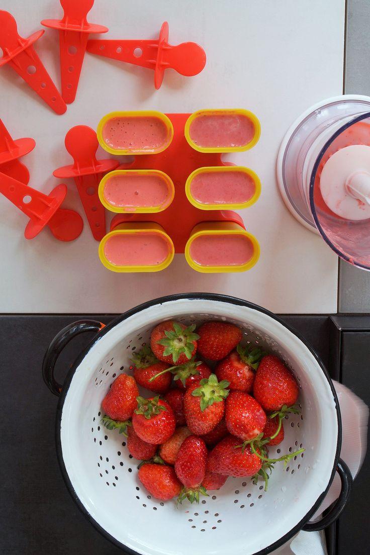 Tylko trzy składniki: truskawki, śmietana i troszkę cukru. Są bardzo owocowe i całkowicie domowe - lody truskawkowe.