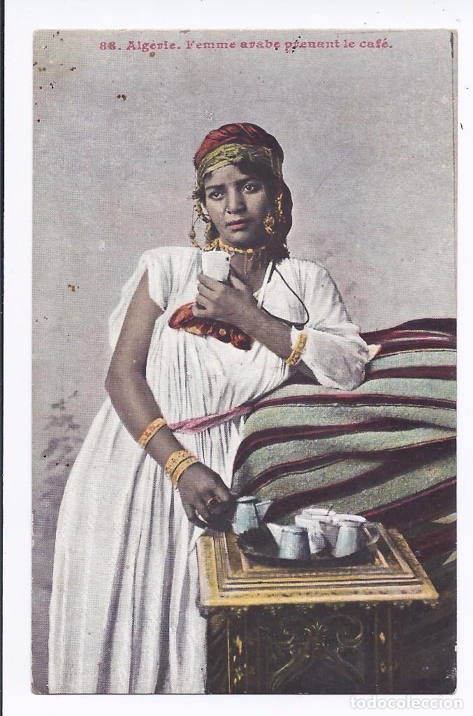 POSTAL ARGELIA COSTUMBRISTA. MUJER TOMANDO CAFÉ. (Postales - Postales Extranjero - África)