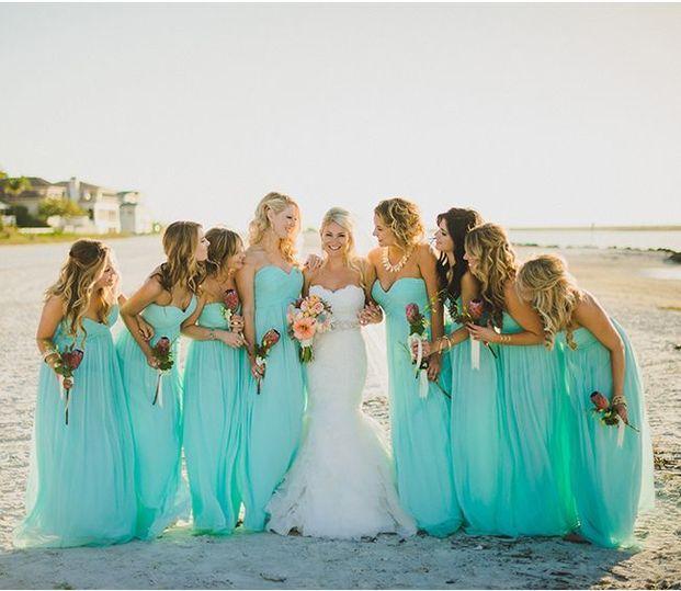 ブライズメイドのドレスをティファニーカラーに♡その中に立つ純白のあなたとの色合いも相性バツグン。