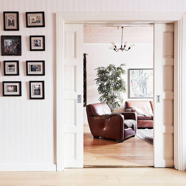 """♡ Vanhan ajan pocket door ♡ Voi kun kaikki ovet tehtäisiin edelleen puusta, eikä """"höttölevystä"""" 🤔 Maanantai mietteitä 😃😄😉 . . Mukavaa alkanutta viikkoa myös sinulle 🌟 #asuntounelmia_unelmaasuntoja (paikassa VILLA LKV)"""