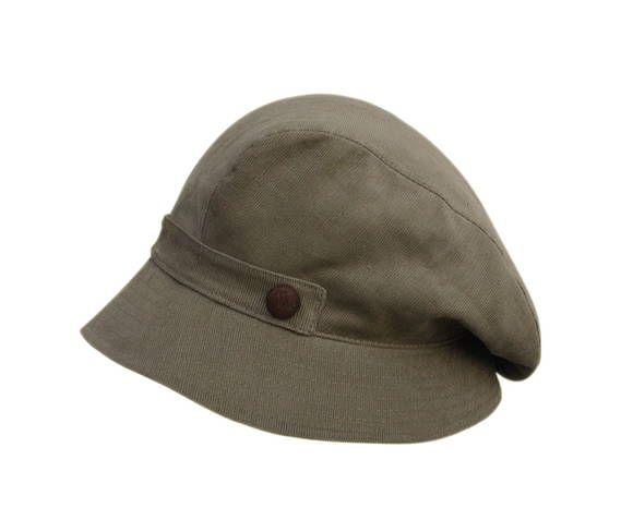 Boina com aba de chapéu australiano e detalhe de botão forrado em couro couro nas laterais e botão de pressão na parte traseira para melhor caimento.