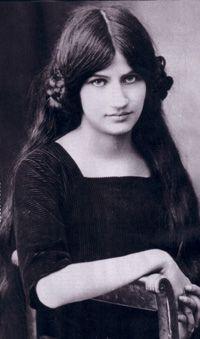 Jeanne Hébuterne (1898-1920) est une artiste-peintre française, née à Meaux, France. Surnommée « Noix de coco » en raison de son teint blanc laiteux et de ses cheveux châtain aux reflets roux, elle est surtout connue, de nos jours, pour sa relation amoureuse avec Amedeo Modigliani