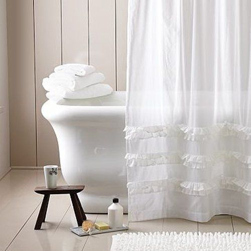 Многие привыкли использовать полиэтиленовые шторы, которые, безусловно защищают от попадания большого количества воды на пол. Однако можно сделать эту самую шторку более элегантной и сшить кусок ткани с полиэтиленом. Получится весьма изысканно