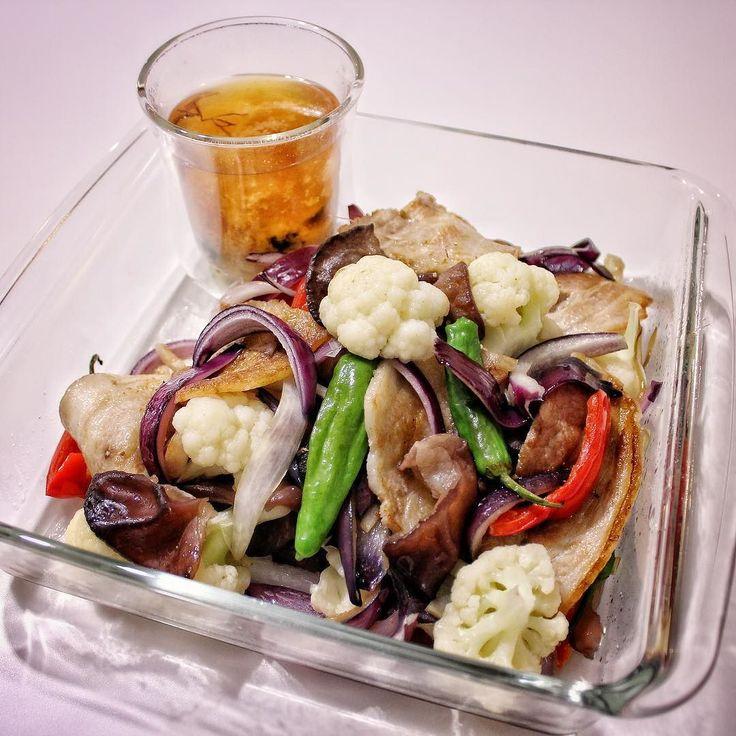 #food #cooking  Pork belly cycler purple onions cauliflower shishito ginger.  Miso soup of seaweed. 豚バラキクラゲ紫玉ねぎカリフラワーシシトウ生姜 ワカメの味噌汁