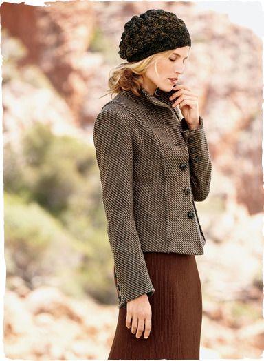 Ein italienischer Zickzack-Tweed ist mit betonten Prinzessnähten und Schoßsaum zu einer formschönen Jacke verarbeitet. Mit Knöpfen aus geflochtenem Leder und Schlitzen an den Ärmeln. Schurwolle (50 %), Wolle (35 %) und Nylon (15 %). Voll gefüttert.