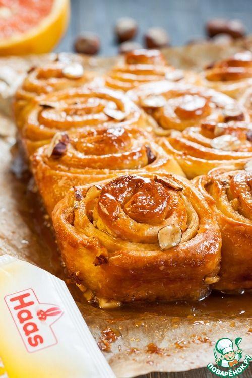 Булочки по фирменному рецепту американского пекаря Марка Синклера (Sinclair's Sticky Buns) получаются просто необыкновенными! Нежные, сладкие, пушистые, с ароматом меда, ванили, апельсина и карамели..…