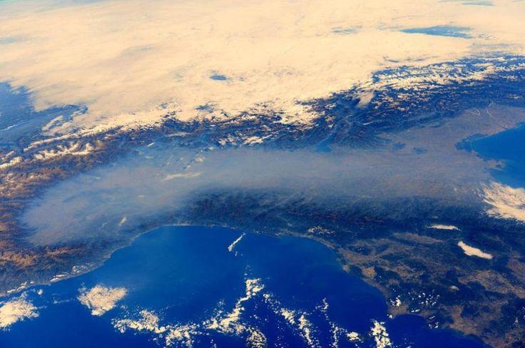 L'Italia settentrionale con la Pianura Padana immersa nella nebbia (@Astro_Alex)