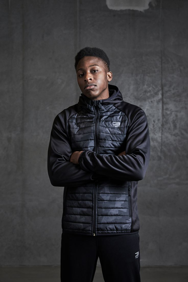 Quilted black jacket with camo details in the front. A perfect jacket for training or running   JACK & JONES