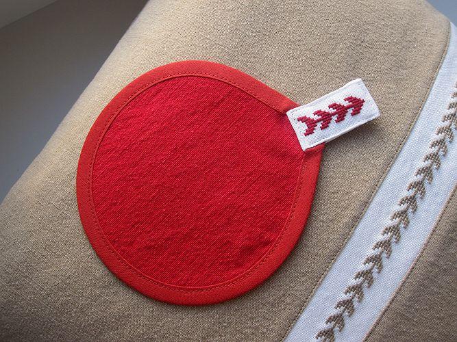 """Podtácek ... když tradice potká modernu Kulatý tmavě červený podtácek pod hrníček či misku.S ručně vyšívaným ouškem s motivem z kolekce Provence. Průměr 12,5 cm. Ušito ze 100% bavlny. Lze pohodlně vypratv pračce na 40 stupňů Celsia, žehlíme jako bavlnu s napařováním. Výborně se hodí do sady k polštáři """"Kdyžtradice potká modernu"""" K dostání také v ..."""