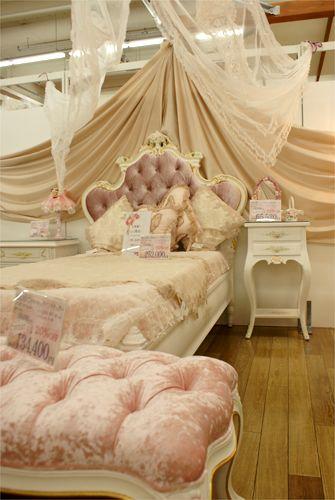 ROSE GARDEN 乙女ゴコロをくすぐる薔薇とレースの似合うの家具たち ... ロココ調の天蓋と合わせたくなる、なんとも雰囲気のあるベットです。