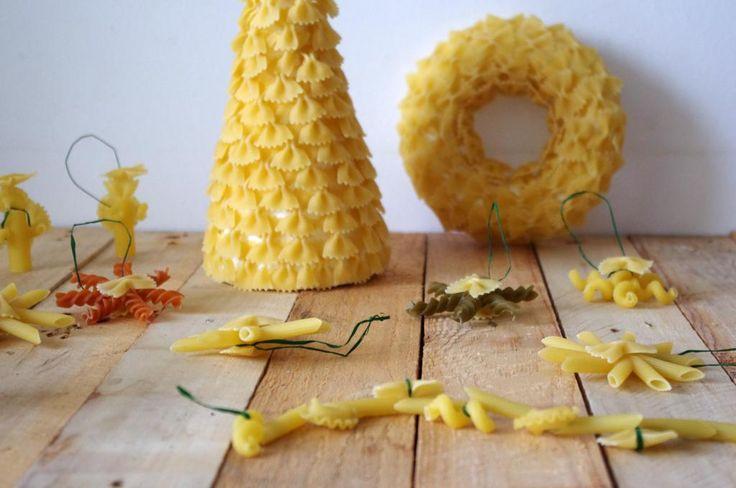 Vánoční tvoření z těstovin - Z různých těstovinových tvarů se dají vytvořit nápadité Vánoční motivy. Kromě stromečku nebo věnce jsme vytvořili i malé andělíčky nebo hvězdy. Vše jsme lepili tavnou pistolí. ( DIY, Hobby, Crafts, Homemade, Handmade, Creative, Ideas)