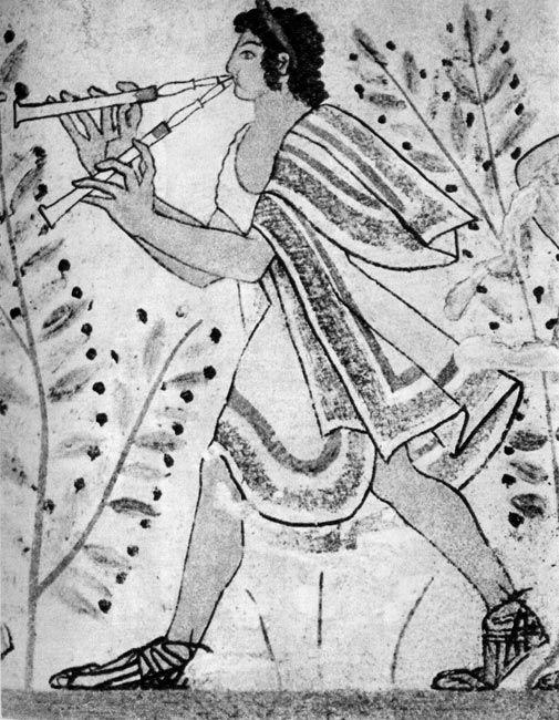 Флейтист (из группы музыкантов), фрагмент Росписи склепа «Леопард»,около 470 г. до н.э. национальный музей, Тарквиния. Волосы юноши укреплены филлетом, плащ, украшенный полосами, напоминает греческую хламиду, сандалии, плетенные из тонких ремешков, также похожи на греческие.